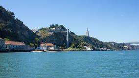 Het kleine zandstrand Ind. zijn kabelbaan betwwen ruïnes en Christus, Almada, Portugal Royalty-vrije Stock Afbeelding
