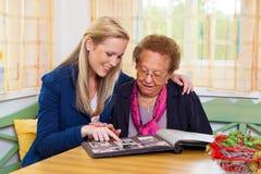 Het kleinkind bezoekt grootmoeder Stock Foto's