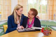 Het kleinkind bezoekt grootmoeder Royalty-vrije Stock Fotografie