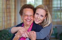 Het kleinkind bezoekt grootmoeder Stock Afbeelding