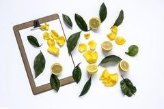 Het klembord met en de citroenen en de Bloemblaadjes van geel namen op zwarte bac toe Royalty-vrije Stock Fotografie