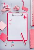 Het klembord met lege exemplaar ruimtespatie voor lijst of voor input de tekst, bloemen en andere levering, Hoogste vlakke mening Royalty-vrije Stock Afbeeldingen