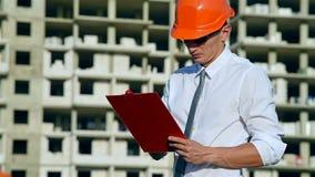 Het Klembord van bouwersin hardhat with stock video