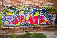 Het kleurrijke abstracte patroon van de graffititekst op bakstenen muur Royalty-vrije Stock Afbeelding
