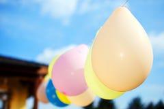 Het kleurrijke ballons openlucht hangen Royalty-vrije Stock Afbeeldingen