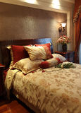 Het Kleurrijke Bed van het hotel Stock Fotografie