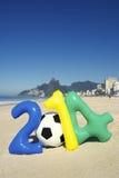 Het kleurrijke Bericht van 2014 met de Voetbal Rio Beach Brazil van de Voetbalbal Stock Fotografie
