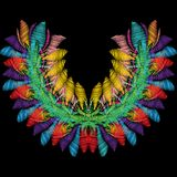 Het kleurrijke bloemenpatroon van de borduurwerkhalslijn Heldere vector backg Royalty-vrije Stock Foto