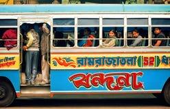 Het kleurrijke bus drijven op Indische straat en vele verschillende mensen binnen van het Royalty-vrije Stock Afbeelding