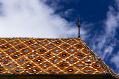 Het kleurrijke dak van de kerk - Sibiu Evangelische Kathedraal Stock Foto