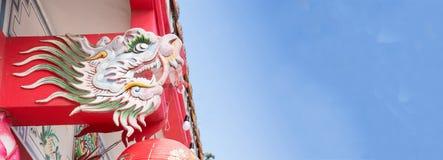 Het kleurrijke de draakbeeldhouwwerk van Azië verfraait op het mooie Chinese tempeldak stock afbeelding