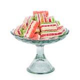 Het kleurrijke die suikergoed van de fruitgelei in vaas op wit wordt geïsoleerdl Stock Fotografie