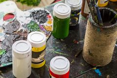 Het kleurrijke en slordige stilleven van waterverfemmers royalty-vrije stock fotografie