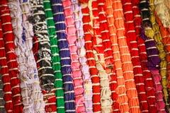 Het kleurrijke gebreide doekhergebruik dicht van haakt omhoog voddendeken Stock Afbeelding