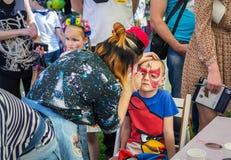 Het kleurrijke gezicht schilderen voor een jongen Stock Foto's