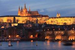 Het kleurrijke gotische Kasteel van Praag in de Nacht Stock Fotografie