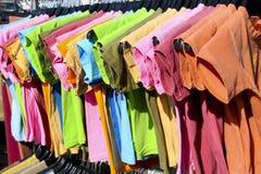 Het kleurrijke hangen van T-shirts   Stock Afbeeldingen
