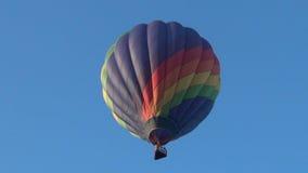 Het kleurrijke hete luchtballon opstijgen stock videobeelden