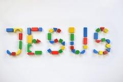 Het kleurrijke houten stuk speelgoed blokkeert van letters voorziende JESUS royalty-vrije stock foto