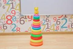 Het kleurrijke houten stuk speelgoed, vorm van gekleurde houten, Babystuk speelgoed isoleerde gele achtergrond stock foto
