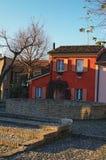 Het kleurrijke huis met Kerstmisdecoratie in oude vierkante Piazza delle behoudt Royalty-vrije Stock Afbeelding