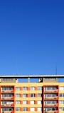 Het kleurrijke huis van het Comité met hemel Stock Foto's