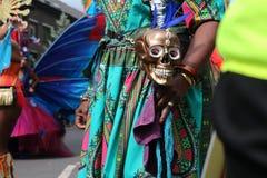 Het kleurrijke kostuum van Mexico en Dia DE los Muertos schedel stock afbeelding