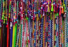 Het kleurrijke levendige die multicolored koord parelde klem in haaromslagen van garen worden gemaakt Artisanaal goederen had bew stock fotografie