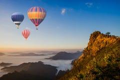Het kleurrijke luchtballonnen vliegen Stock Fotografie