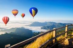 Het kleurrijke luchtballonnen vliegen Stock Afbeeldingen