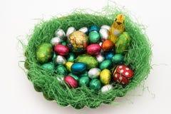 Het kleurrijke nest van Pasen stock afbeeldingen