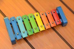 Het kleurrijke ontwerp van de Glockenspielxylofoon op houten achtergrond stock afbeeldingen