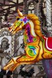 Het kleurrijke paard van de kermisterreincarrousel Royalty-vrije Stock Foto's