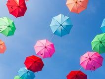 Het kleurrijke paraplu hangen Stock Fotografie