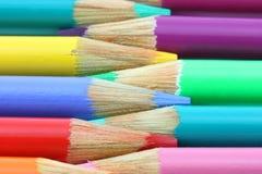 Het kleurrijke potloodkleurpotloden afwisselen Stock Afbeeldingen