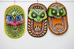 Het kleurrijke uilmasker hangen op de muur van het Kunstinstituut Stock Foto
