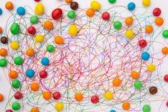 Het kleurrijke van de vilten gekrabbel en de snoepjes uiteindepen op Witboek stock afbeeldingen