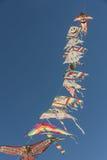 Het kleurrijke verbonden vliegers vliegen Stock Fotografie