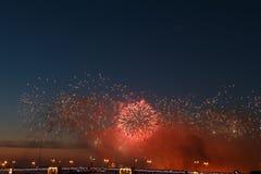 Het kleurrijke vuurwerk denkt van water, mooi bruglandschap na royalty-vrije stock afbeelding