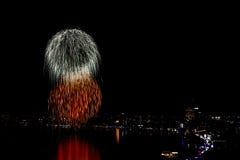 Het kleurrijke vuurwerk en de wolkenkrabbers Royalty-vrije Stock Afbeeldingen