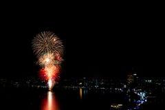Het kleurrijke vuurwerk en de wolkenkrabbers Royalty-vrije Stock Fotografie