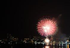 Het kleurrijke vuurwerk en de wolkenkrabbers Royalty-vrije Stock Afbeelding