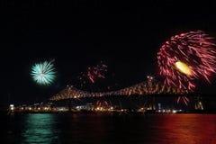 Het kleurrijke vuurwerk explodeert over brug Montreal's 375ste verjaardag lichtgevend kleurrijk interactief Jacques C stock foto's