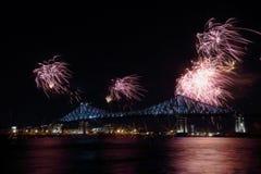 Het kleurrijke vuurwerk explodeert over brug Montreal's 375ste verjaardag lichtgevend kleurrijk interactief Jacques C stock afbeelding