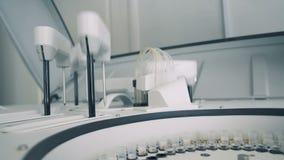 Het klinische materiaal voert tests van steekproeven uit, die in een laboratorium werken HD stock video