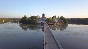 Het klooster heilig-Vvedensky in het Vladimir-gebied Op het eiland Lucht Mening Vlucht over de brug aan het klooster stock videobeelden