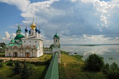 Het klooster op de kust. stock foto
