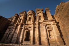 Het Klooster in Petra in halve schaduw halve lichte voorwaarde stock fotografie