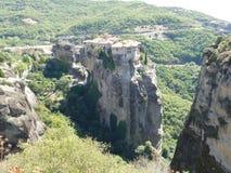 Het klooster streek hoog omhoog op de rotsen in Meteora, Griekenland hierboven wordt gezien die neer van Stock Afbeeldingen