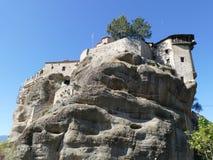 Het klooster streek hoog omhoog op de rotsen in Meteora, Griekenland hierboven wordt gezien die neer van Royalty-vrije Stock Foto
